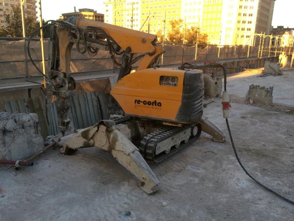 Trabajos de demolición de tres edificios contiguos en Plaza de España (Madrid)